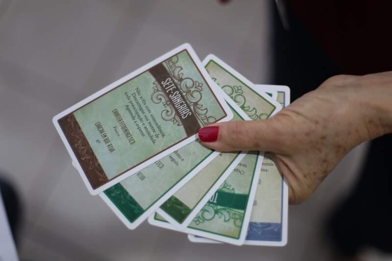 Tarô também pode ser usado nas consultas. Cartas trazem as 118 plantas já catalogadas. (Foto: Fernando Antunes)