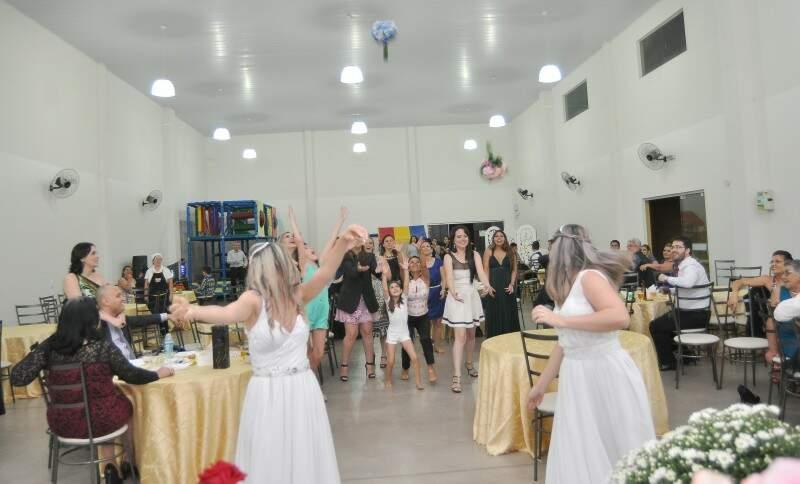 Irmãs dividiram a festa e fizeram recepção em buffet infantil. (Foto: Antonio Ferreira)