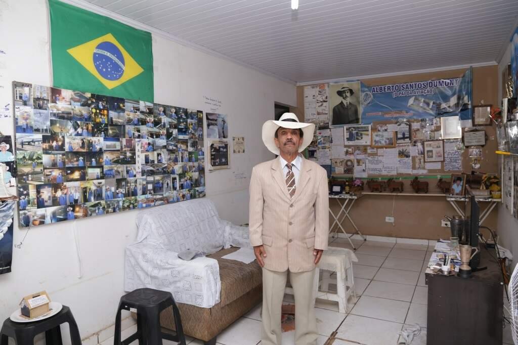 Em casa ele mantém fotografias e pesquisas sobre Santos Dumont. (Foto: Kísie Ainoã)