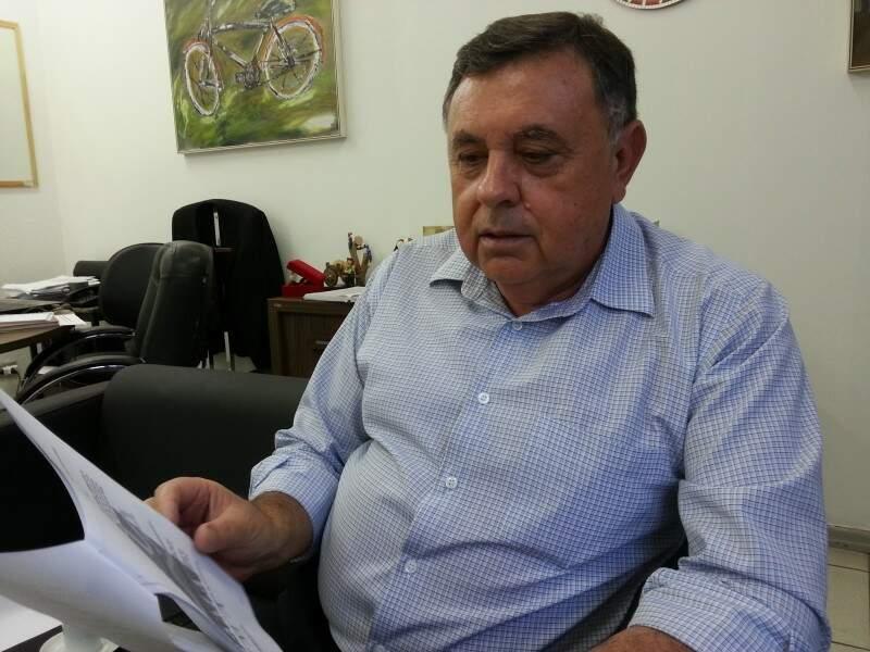 Documentação foi apresentada pelo coronel do CMO no gabinete do vereador Eduardo Romero, que havia solicitado a documentação antes de tomar providências (Foto: Zana Zaidan)