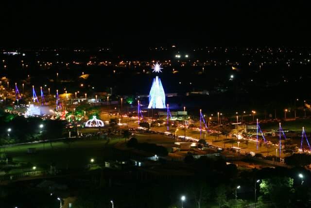 Vista parcial dos Altos da Afonso Pena, à noite, destaque para a árvore de Natal.