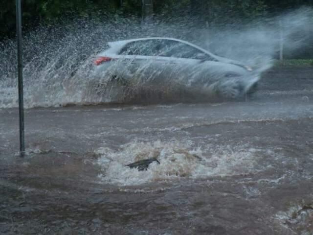 Força da água levantou a tampa do bueiro na Rua Joaquim Murtinho (Foto: Henrique Kawaminami)