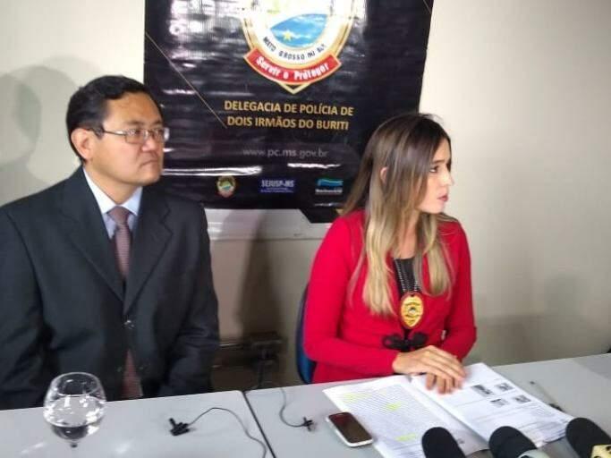 Delegado Márcio Obara e Nelly Macedo falaram com a imprensa. (Foto: Henrique Kawaminami)