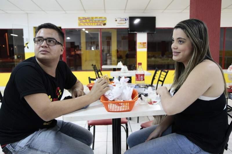 O casal Micheli Picolo e Anderson Santos matam a fome com cachorro-quente, de (Foto: Cleber Gellio)