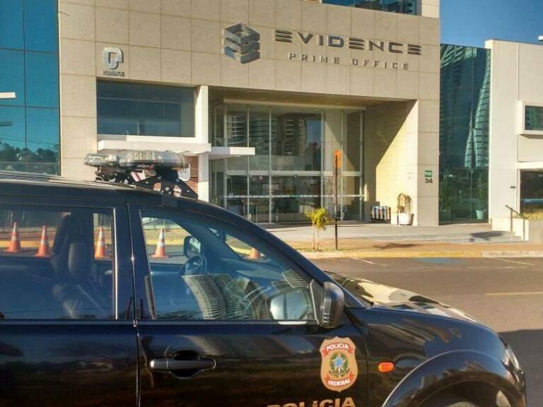 Carro da PF em frente ao edifício Evidence (Foto: Yarima Mecchi)