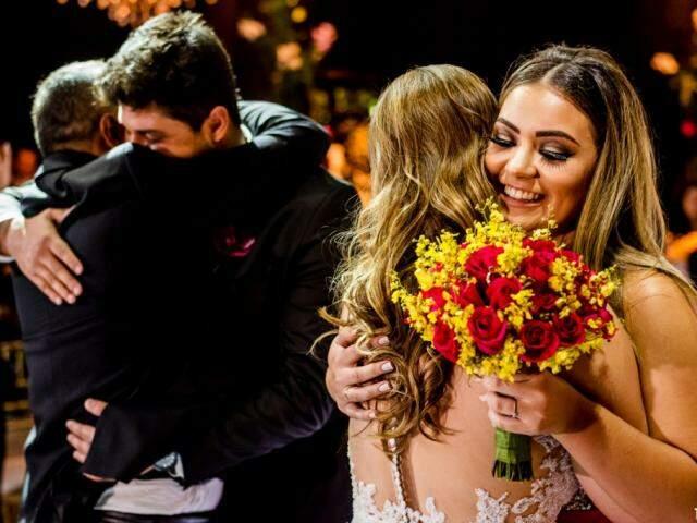 Momento de maior emoção pra Márcia, quando ela e o noivo abraçaram filhos. (Foto: Top Studio Fotografias)