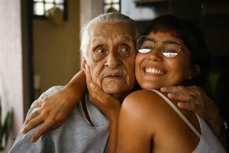 Senhorzinho com uma das netas, Ana. (Foto: André Bittar)