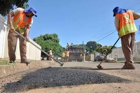 Prefeitura aproveita 'estiagem' e intensifica serviços do tapa-buraco