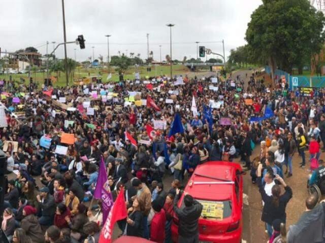 Manifestação de estudantes da UFMS na última quarta-feira (15) contra cortes do governo. (Foto: Marina Pacheco)