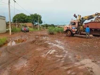 Chuva deixa rua intransitável em bairro que há meses pede melhorias