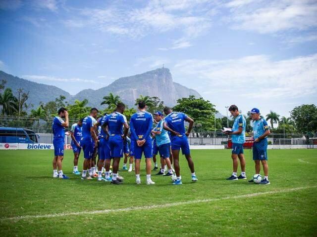 Jogadores do Cruzeiro conversam com comissão técnica no Rio de Janeiro (Foto: Divulgação)