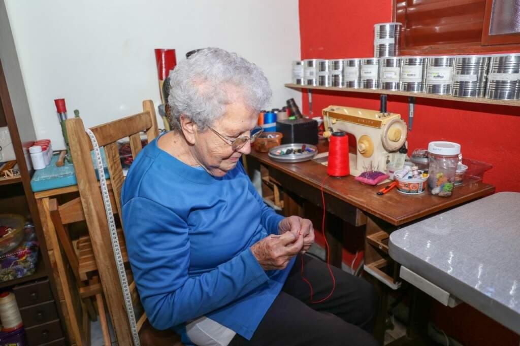 Enquanto a conversa flui, Leonalda mostra que nem a idade e nem o Parkinson levaram a habilidade com o crochê (Foto: Paulo Francis)