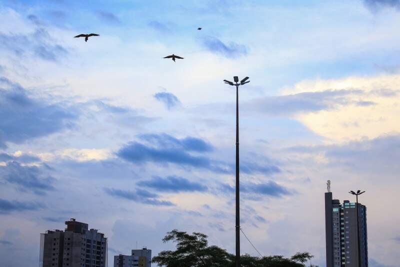 Terça-feira (29) inicia com céu parcialmente nublado e mínima de 22ºC em Campo Grande. (Foto: Marina Pacheco)
