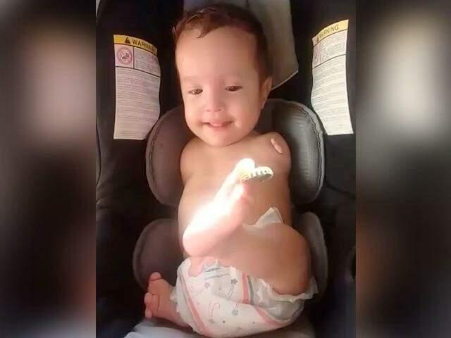 Bebê de 1 ano e 2 meses nasceu sem braços e perninha e precisa de complemento que custa até R$ 2,2 mil por mês. (Foto: Direto das Ruas)