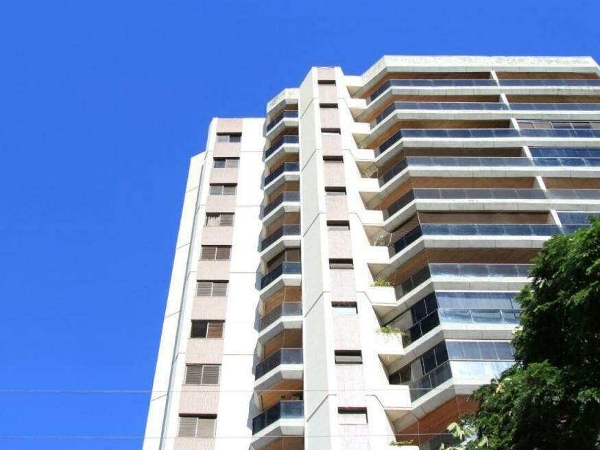 Edifício em Campo Grande, com o céu aberto, que vem predominando na cidade nos últimos dias. (Foto: Marina Pacheco)