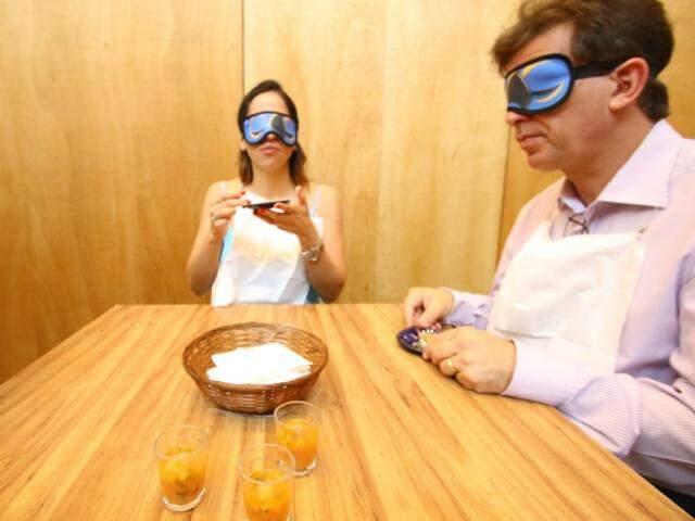 Para comer, brincadeira vendou participantes. (Foto: André Bittar)