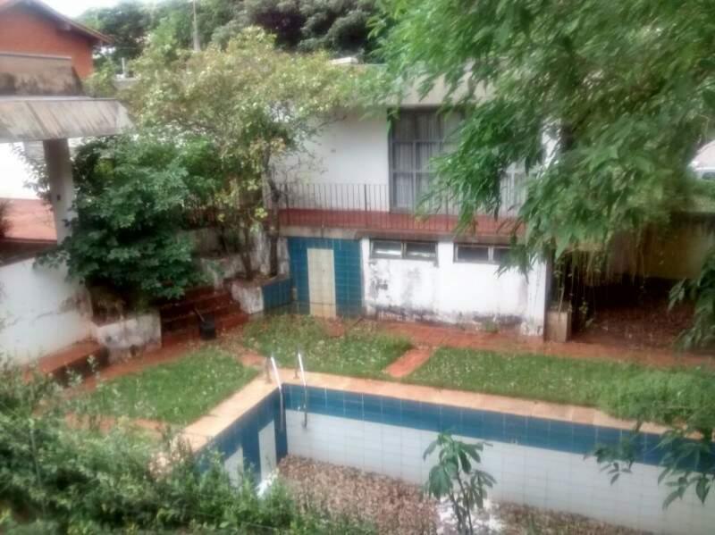Com um espaço amplo, a casa segue abandonada a pelo menos cinco meses.(Foto :Direto das Ruas)