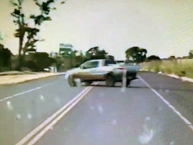 Em Camapuã, estrada atravessa bruscamente a rodovia (Foto: Reprodução/Vídeo/Direto das Ruas)