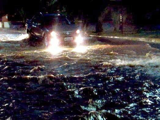 Ruas de Nova Alvorada do Sul ficaram alagadas depois da chuva da noite de sexta-feira (18). (Foto:  Rodrigo Rodrigues/Nova Alvorada News)