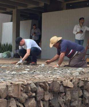 Pedras sendo colocadas. (Foto: Arquivo/Marcelo Libeskind)