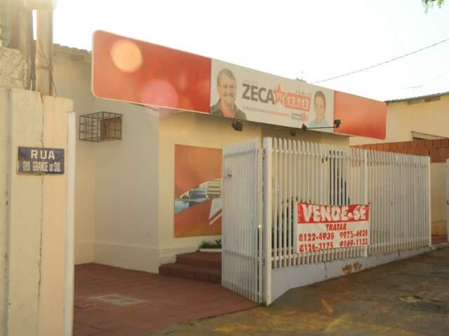 Faixa anuncia venda do prédio onde funciona o comitê de Zeca do PT. (Foto: Rodrigo Pazinato)