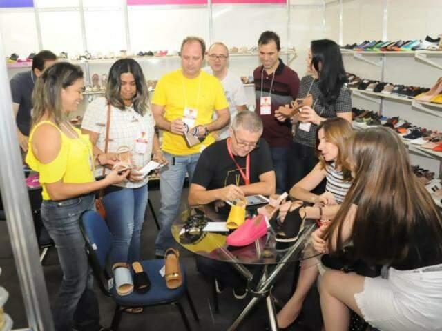 Lojistas escolhem e compram calçados que serão revendidos em todo o estado (Foto: Paulo Francis)