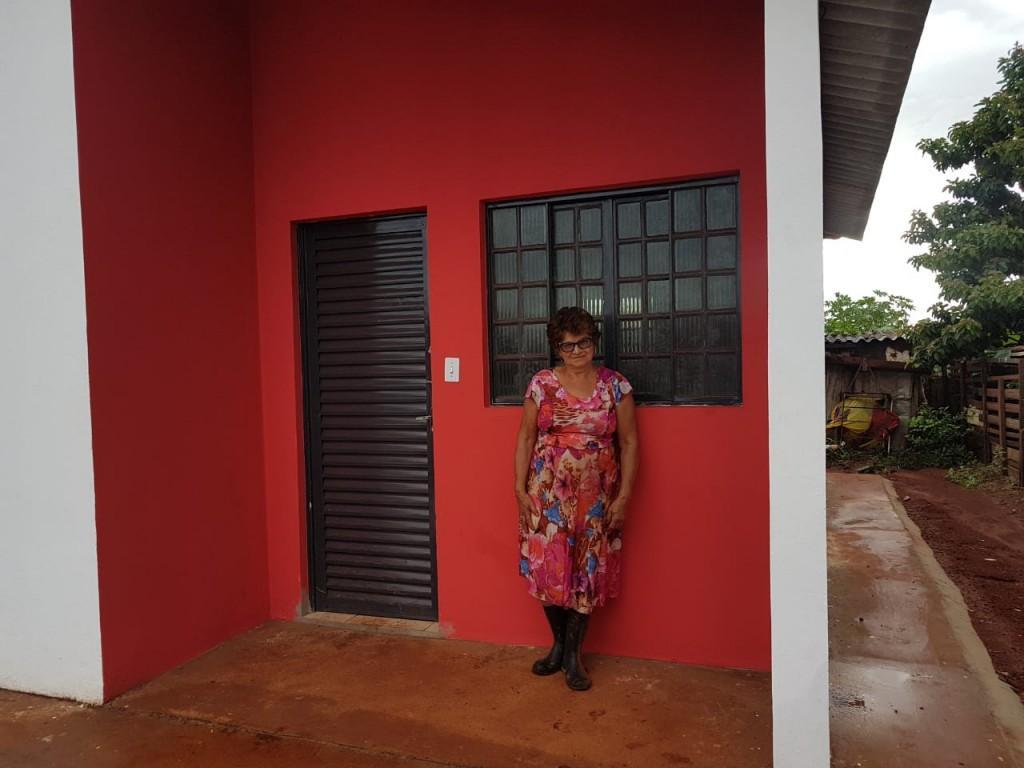 Dona Laura mora em barraco e espera entrega da casa própria (Foto: Wendy Tonhati)