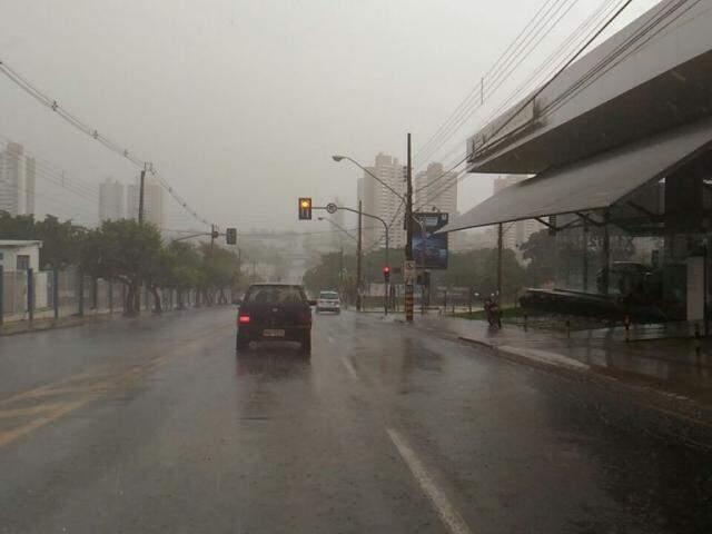 Chuva já caiu sobre algumas regiões de Campo Grande (Foto: Kleber Clajus)