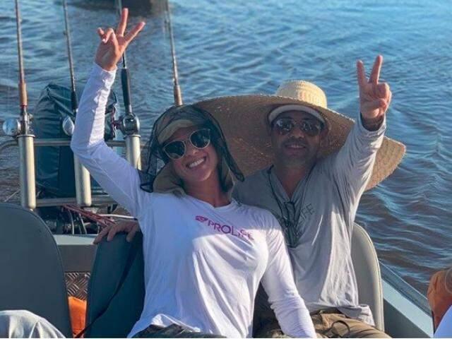 Na foto, Graciele à esquerda e Zezé à direita no retorno da pescaria. (Foto: Reprodução/Instagram)