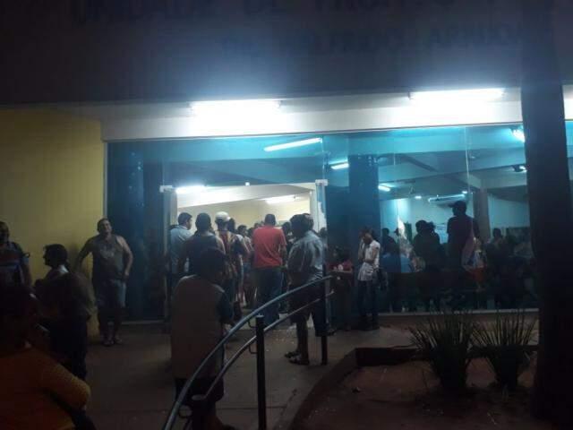 Seis médicos estariam atendendo adultos e mais cinco, na pediatria da UPA, esta noite (23). O efetivo, no entanto, não reduziu a lotação do local, esta noite (23). (Foto: Direto das Ruas)
