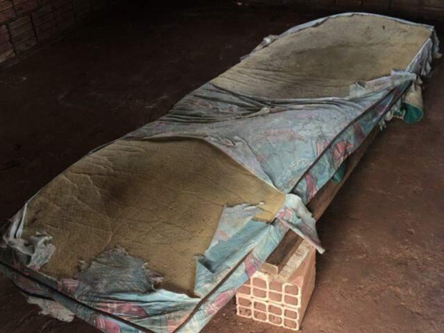 Uma das camas onde os trabalhadores passavam a noite. (Foto: Divulgaçao/MPT)