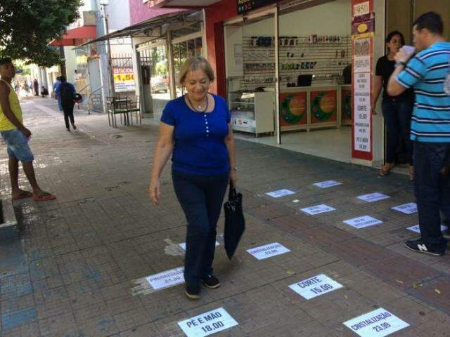 Vanda não gosta da abordagem de pessoas que entregam panfletos e prefere só olhar para o chão. (Foto: Thailla Torres)