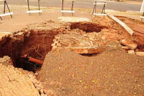 Aberta em dezembro, cratera ameaça rua Chaadi Scaff
