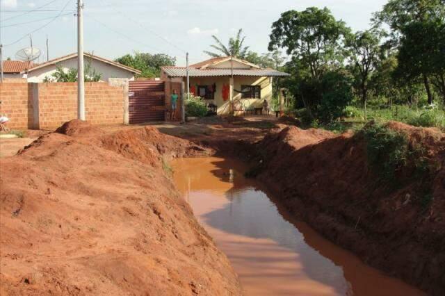 Água parada preocupa moradores da região por conta de epidemia em Campo Grande (Foto: Repórter News)