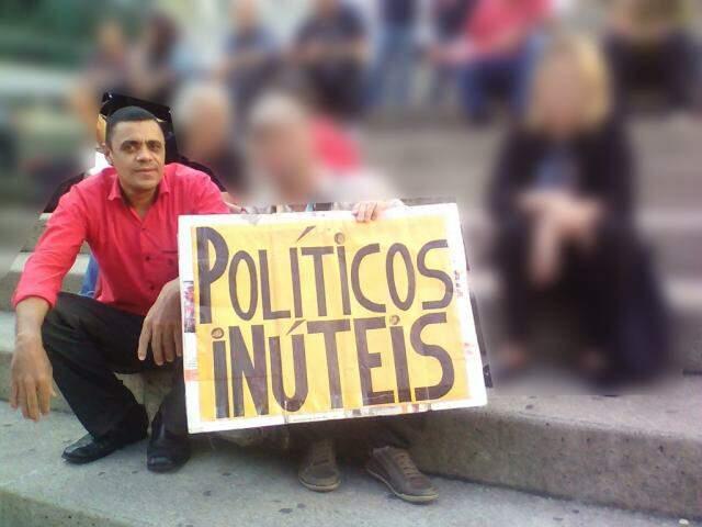 Oliveira aparece em fotos participando de atos contra políticos e em favor de setores de esquerda. (Foto: Reprodução/Facebook)