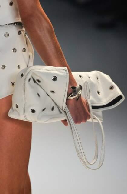 Até com alças, bolsa da Iódice vai na mão.