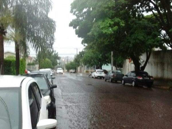 Chuva no Jardim dos Estados começou forte às 13h20 desta quinta. (Foto: Thiago de Souza)
