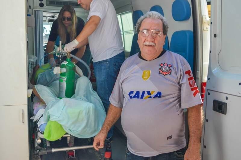Na despedida, seu Luiz de camisa do Corinthians olhando pela última vez para a Santa Casa.