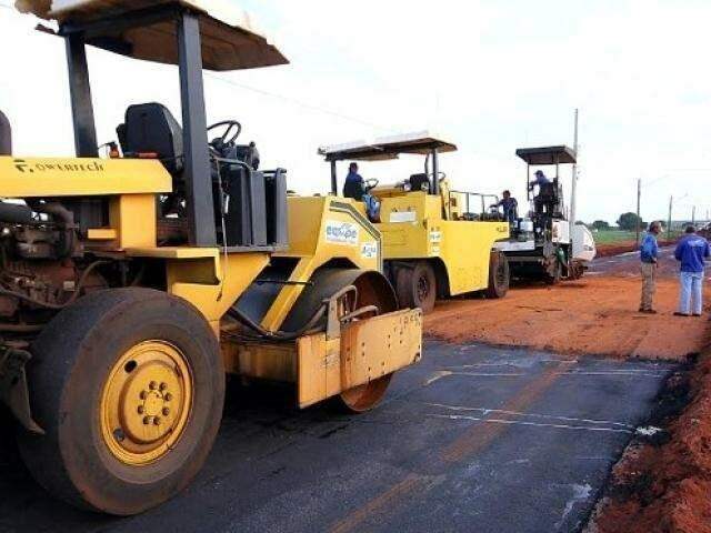 Serviço de pavimentação sendo feito por uma das ruas em cidades do Estado. (Foto: Divulgação)
