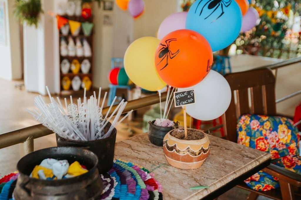 Sem arcos de balões, a sugestão foi deixar a meninada encher bexiga sozinha. (Foto: Paula Cayres)
