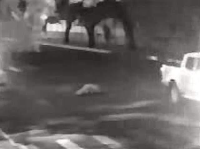 Imagem de câmera de segurança mostra a caminhonete deixando o local, deixando o corpo da vítima para trás. (Foto: Reprodução vídeo)