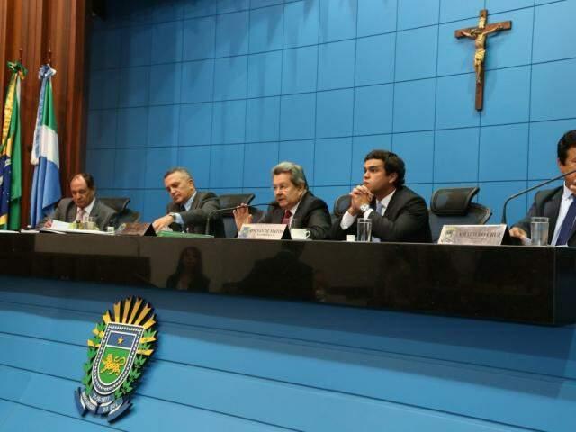 Deputados estaduais na sessão. (Foto: Victor Chileno/ALMS).