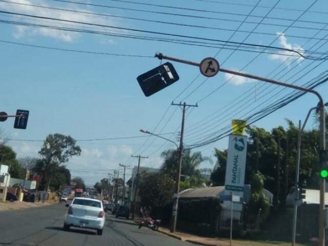 Semáforo está sem funcionamento desde a manhã desta quinta-feira (8). (Foto: Direto das Ruas)