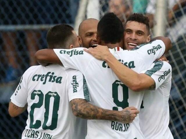 Jogadores do Palmeiras celebram primeiro gol marcado no Anacleto Campanella (Foto: SE Palmeiras/Divulgação)