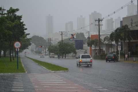 Verão começa oficialmente com chuva e já provoca estragos em shopping