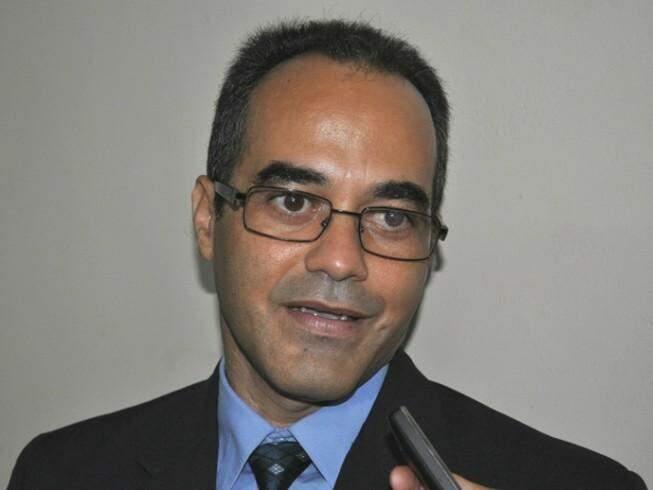 Vice-prefeito de Ladário, Iranil Soares, durante entrevista (Foto: Alle Yunes/Correio de Corumbá)