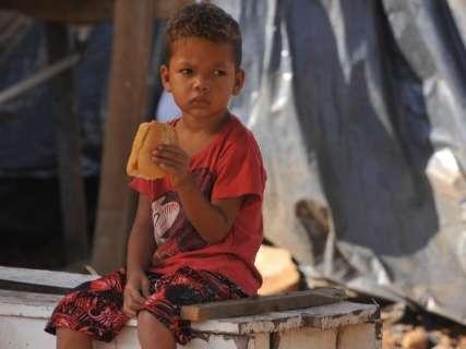 """Sem dinheiro para aluguel e com filho no colo, famílias criam """"nova favela"""""""