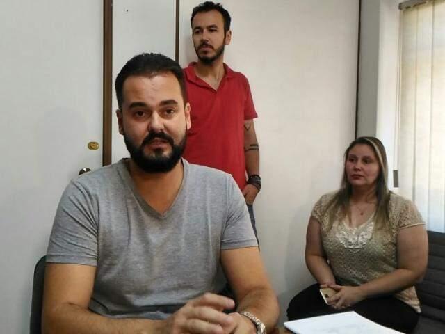 Diretor da Emha, Eneas Carvalho, com seus assessores durante entrevista coletiva (Foto: Kleber Clajus)