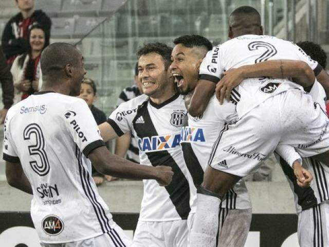 Lucca comemorando com os companheiros depois de marcar os gols da vitória. (Foto: Agência Estado)
