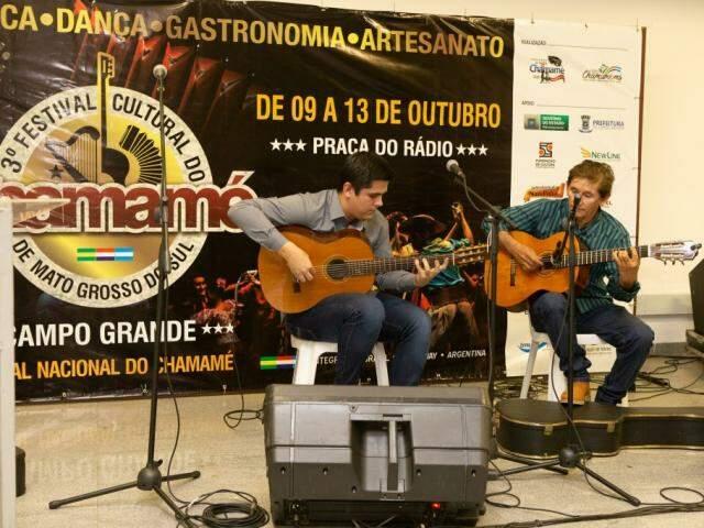 Os músicos Paulo e Sérgio Arguelo se apresentaram no lançamento do festival que ocorreu em setembro (Foto: Ricardo Gomes)